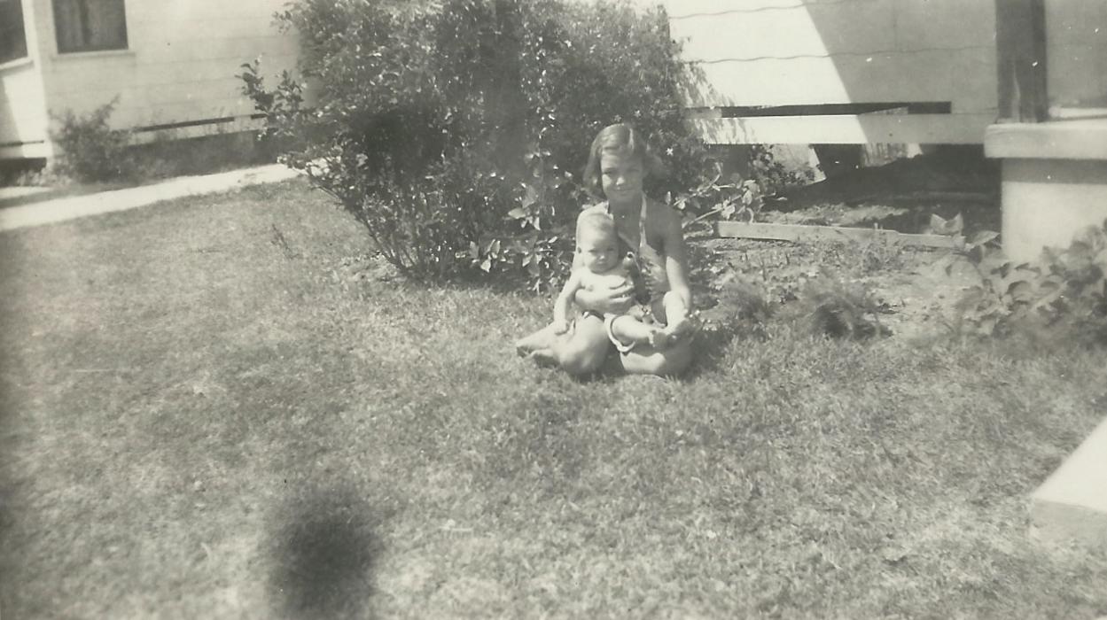 1946 Linda w Kathy